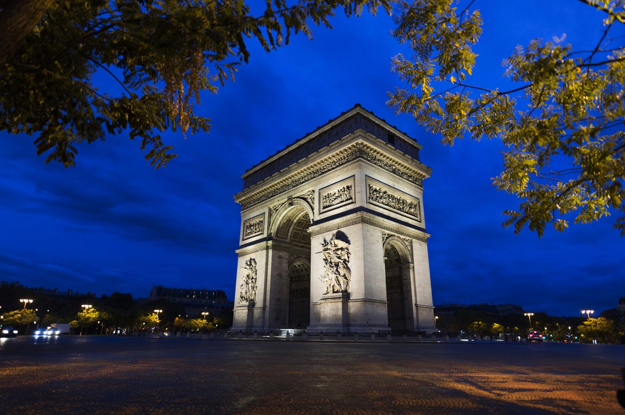 Paris Arc de Triomphe <br> Focal : 20mm - Ouverture : F/1.8 - Vitesse : 1/20 - Iso : 400
